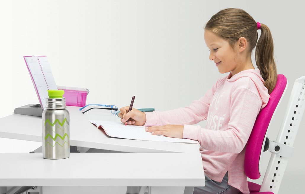 moll-kids-Joker-kinderschreibtisch-Tischplatte-schräg-01-1030x654